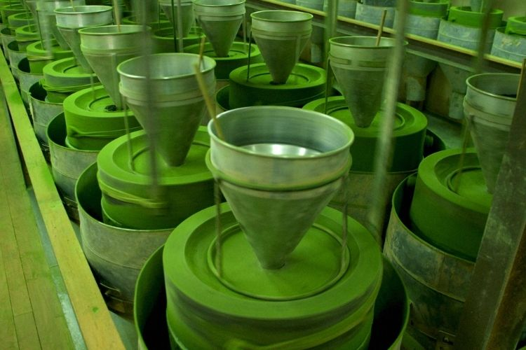Each spring, small batches of tea leaves are picked and stone-milled to order using the traditional Mikage method. This results in a very fine matcha powder.
