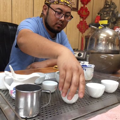 Shenteng-Chen-cupping-the-tea-for-tasting