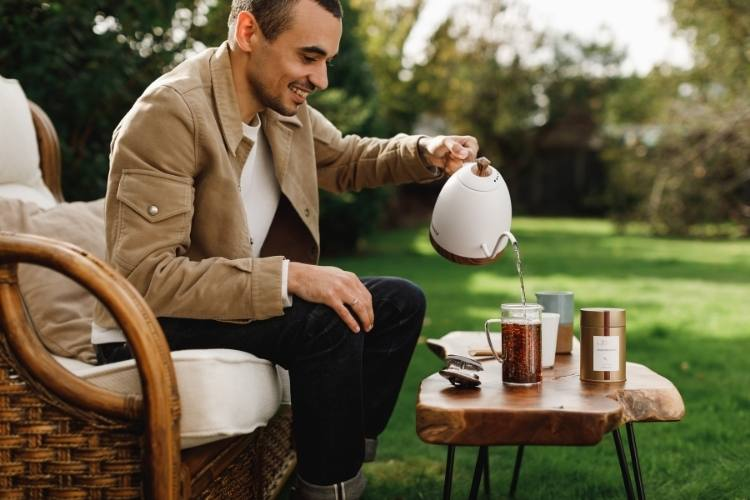 Discover how simple and rewarding loose tea drinking can be. It's better for you and better for the planet.