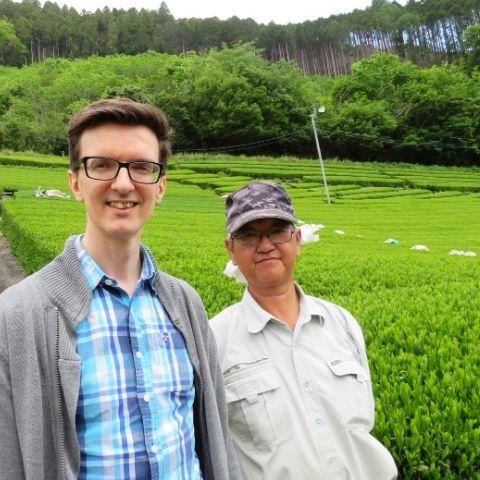 Tom, our Head of Tea, with Sencha tea maker Yoshiro Okamura in Sasamodo gardens, Shizuoka, Japan.