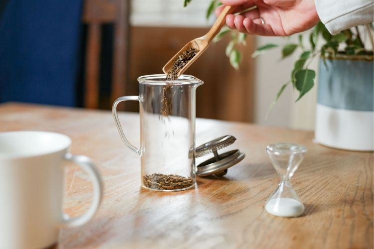 With a warming richness, roasting tea stems became an instant big hit with tea drinkers in Kyoto in the 1900's.