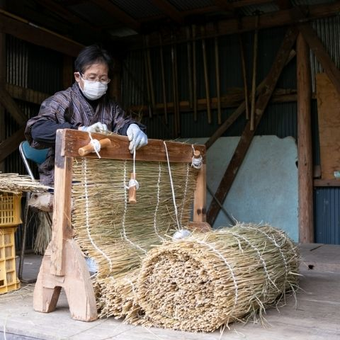 Mrs Miyazaki is one of only three people in Asahina valley still weaving her own shades for Gyokuro in this traditional way.