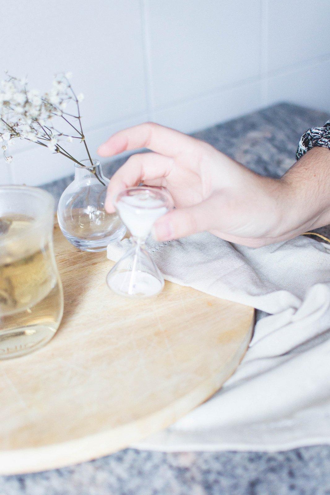 JING Glass Tea Timer with Infuser Mug on Counter